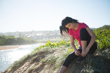 靴紐を結んでいる女性の写真素材 [FYI01707395]