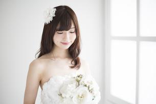 微笑んでいるウェディングドレス姿の女性の写真素材 [FYI01707415]