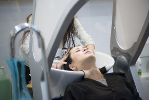 美容院で髪を洗っている女性の写真素材 [FYI01707420]
