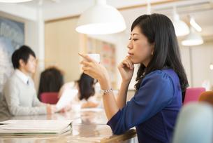 シェアオフィスにいる女性の写真素材 [FYI01707423]