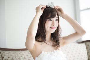 ウェディングドレスを着てティアラをつけている女性の写真素材 [FYI01707464]