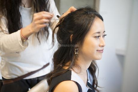 美容室でヘアセットをしている女性の写真素材 [FYI01707517]