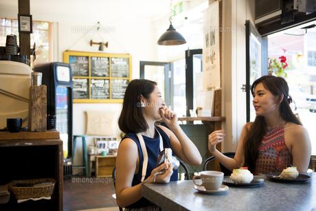 カフェで笑っている女性二人の写真素材 [FYI01707528]