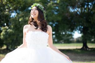 ドレスを広げているウェディングドレス姿の女性の写真素材 [FYI01707535]