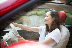 車を運転している女性の写真素材 [FYI01707538]