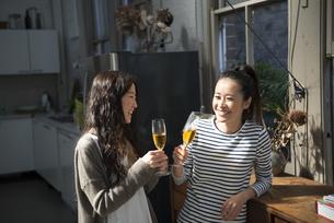 シャンパングラスを持っている女性2人の写真素材 [FYI01707544]
