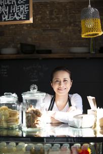 カフェで仕事をしている女性店員の写真素材 [FYI01707576]