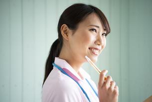 制服姿で笑っている女性の写真素材 [FYI01707579]