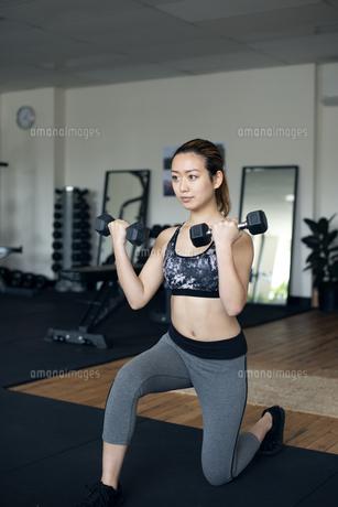 ダンベルで筋トレをしている女性の写真素材 [FYI01707595]