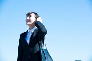 スーツを着て笑っている女性の写真素材 [FYI01707613]