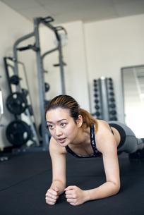 ジムでトレーニングをしている女性の写真素材 [FYI01707615]