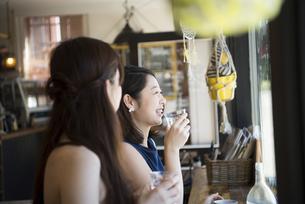 カフェでお茶をしている二人の写真素材 [FYI01707617]