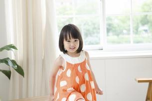 部屋の中で笑っている女の子の写真素材 [FYI01707655]