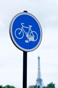 道路標識とエッフェル塔の写真素材 [FYI01707687]