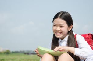 ランドセルを背負って笑っている女の子の写真素材 [FYI01707697]
