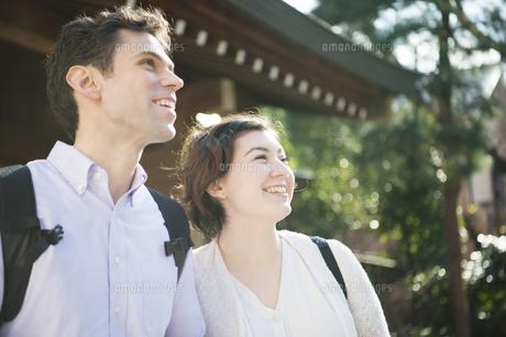 神社で笑っている外国人観光客の写真素材 [FYI01707698]