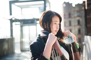 スカーフを巻いている女性の写真素材 [FYI01707715]