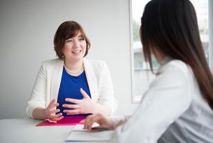 会議室で話している女性二人の写真素材 [FYI01707722]