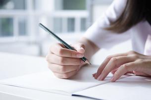 ノートと鉛筆を持っている手の写真素材 [FYI01707732]