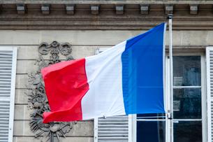 風になびくフランス国旗の写真素材 [FYI01707746]