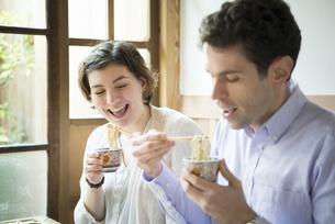 お蕎麦を食べる外国人の写真素材 [FYI01707777]