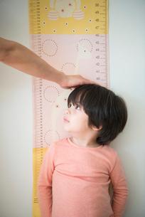 身長を測っている男の子の写真素材 [FYI01707784]