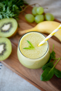 グリーンスムージーと果物と野菜の写真素材 [FYI01707785]