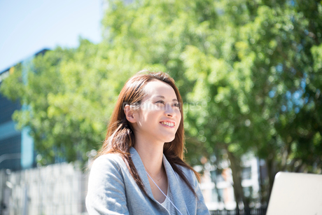 横を向いて笑っている女性の写真素材 [FYI01707797]