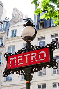 パリのメトロのライトスタンドの写真素材 [FYI01707816]