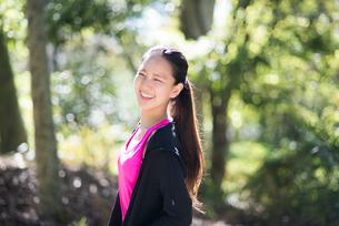 森の中で笑っている女性の写真素材 [FYI01707844]