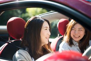 ドライブを楽しんでいる女性2人の写真素材 [FYI01707886]