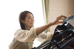 楽譜をめくっている女性の写真素材 [FYI01707887]