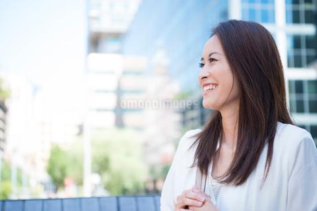 オフィス街にいる働く女性の写真素材 [FYI01707923]