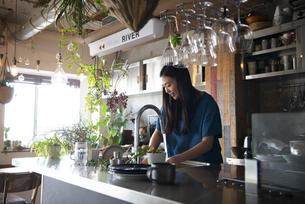 キッチンで洗い物をしている女性の写真素材 [FYI01707931]