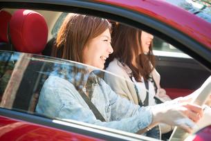 ドライブを楽しんでいる女性2人の写真素材 [FYI01707935]