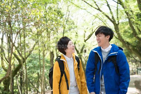 森の中で笑っている男女の写真素材 [FYI01707943]