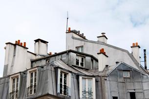 アパルトマンの煙突と屋根裏部屋の写真素材 [FYI01707960]