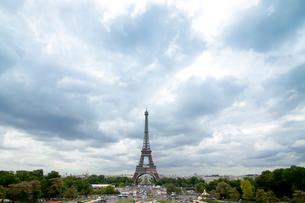 曇り空とエッフェル塔横位置の写真素材 [FYI01707964]