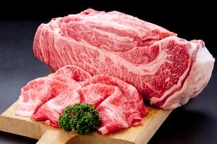 和牛すき焼き用スライスとブロックの写真素材 [FYI01707967]