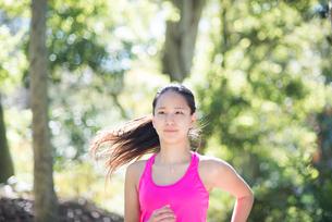 森の中で走っている女性の写真素材 [FYI01707971]