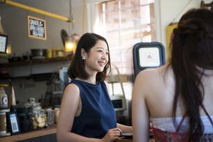 カフェでおしゃべりをしている二人の写真素材 [FYI01707972]