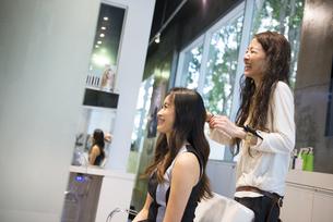 美容室でヘアセットをしている女性の写真素材 [FYI01707975]