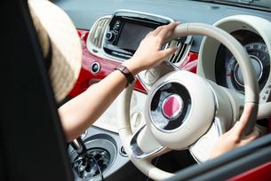 運転している女性の手元の写真素材 [FYI01707977]