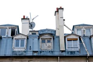 屋根裏部屋の外観と煙突の写真素材 [FYI01707997]