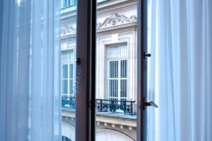 カーテンのかかった窓辺の写真素材 [FYI01708078]