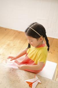 折り紙をしている女の子の写真素材 [FYI01708101]