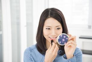 口紅を塗っている女性の写真素材 [FYI01708114]