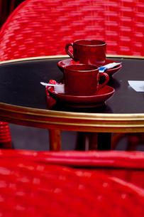 赤い椅子とコーヒーカップの写真素材 [FYI01708146]