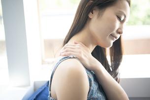 肩を触っている女性の写真素材 [FYI01708170]