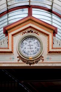 アーチに掛かる古い時計の写真素材 [FYI01708190]